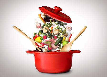 olfato: Olla grande de color rojo para la sopa de verduras Foto de archivo