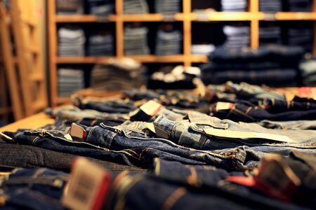 Denim Kleider werden in einem Bekleidungsgeschäft gelegt Standard-Bild