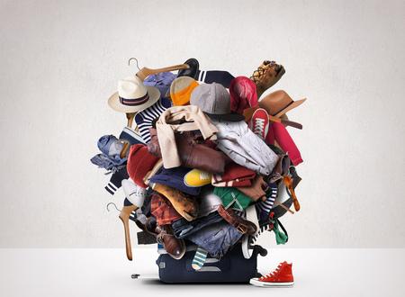 Grote hoop van verschillende kleding en schoenen