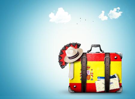 スペイン、スペイン国旗とヴィンテージ スーツケース 写真素材