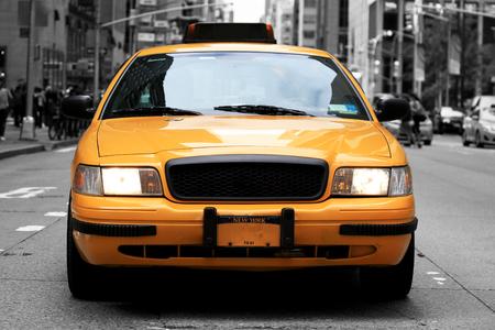Taxi, retro auto gele kleur op de weg