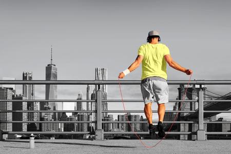 Ochtend oefeningen met springtouw op de achtergrond van de stad Stockfoto