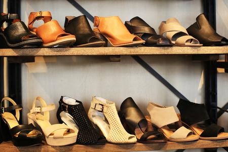 저장소에있는 선반에 여성 신발