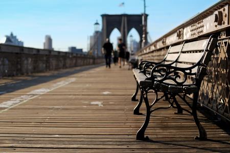 ニューヨークのブルックリン橋の上の木製のベンチ 写真素材