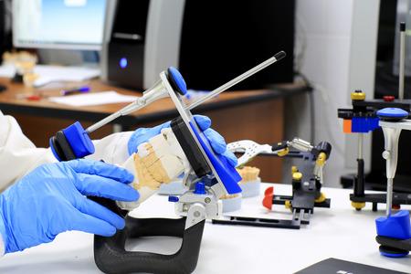 Kunstgebit in gips gegoten voor de tandarts