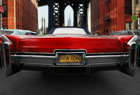 ニューヨークの道路上のレトロな古い車の赤い色 写真素材