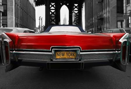ニューヨークの道路上のレトロな古い車の赤い色 写真素材 - 85763564