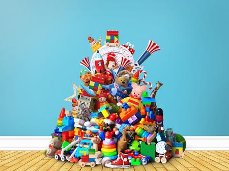 異なる色のおもちゃの巨大な山