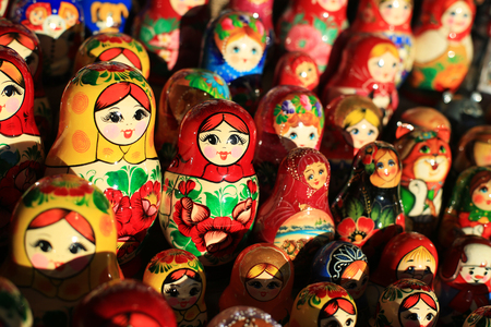 Russian nesting dolls in the window of the gift Imagens