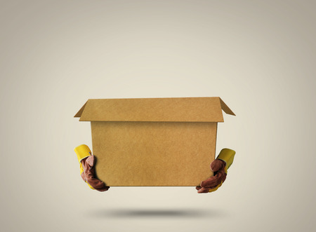 空の開いている段ボール箱および構造手袋