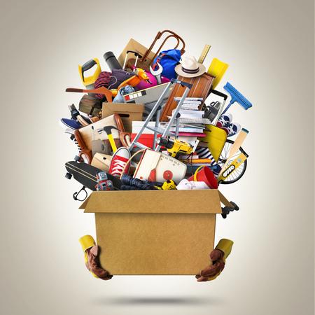 Grote stapel huishoudelijke artikelen in een doos Stockfoto - 94353442