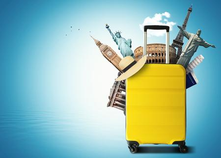 Bolsa de viaje amarilla con hito mundial, vacaciones y turismo Foto de archivo