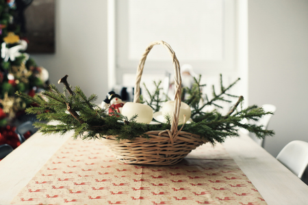 Fir branches in a large basket on the table at Christmas Banque d'images - 114280244