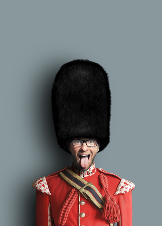 Young man in the costume of the Royal guards of Britain Foto de archivo - 117291550