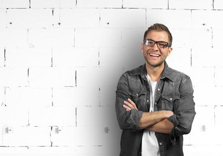 Hombre joven en camisa de mezclilla está sonriendo