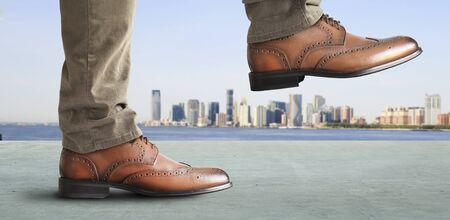 El hombre da un paso en los zapatos de cuero clásicos