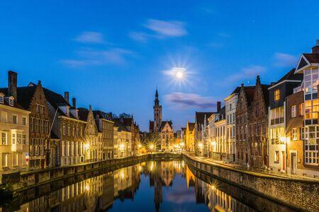Canal Spiegelrei y plaza Jan Van Eyck en Brujas, Bélgica