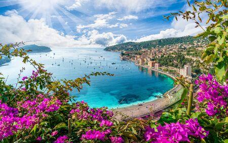 Vista aérea de la costa de la Riviera francesa con la ciudad medieval de Villefranche sur Mer, región de Niza, Francia