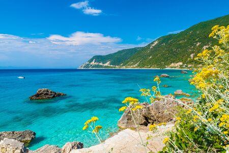 Paysage avec de l'eau turquoise à Agios Nikitas, Lefkada Grèce