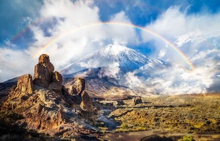 Roques de Garcia stone and Teide mountain volcano in the Teide National Park, Tenerife, Canary Islands, Spain 版權商用圖片