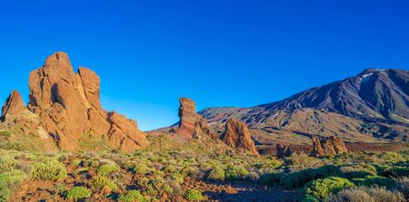 Roques de Garcia stone and Teide mountain volcano at the sunny morning in the Teide National Park, Tenerife, Canary Islands, Spain. 版權商用圖片