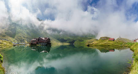 Landscape with Balea lake and chalet in Fagaras mountains, Romania Stockfoto