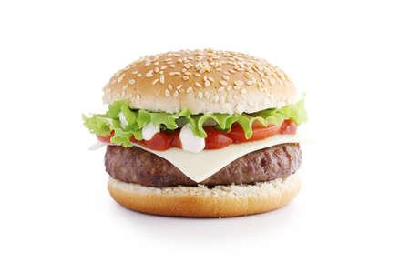Hamburguesa americana con chuleta y verduras aislado sobre fondo blanco.