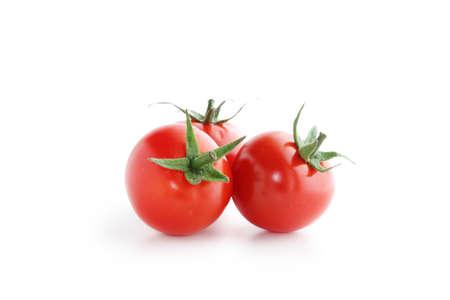 tomates cherry sobre fondo blanco