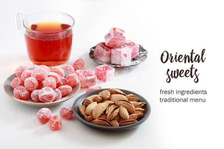 frische orientalische Süßigkeiten auf dem Tisch isoliert auf weißem Hintergrund Standard-Bild