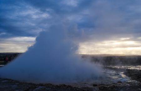 Hermosas montañas y fantásticos géiseres y cascadas son parte popular de Islandia y la naturaleza islandesa. Todo está cerca de la carretera N1 y se puede acceder en coche habitual. Foto de archivo