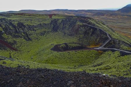 Hermosas montañas y fantásticos géiseres y cascadas son parte popular de Islandia y la naturaleza islandesa. Todo está cerca de la carretera N1 y se puede acceder en coche habitual.