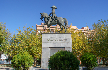 Architecture of Zaragoza, old houses and castles in Spain. Amazing buildings and landmarks in Autumn Banque d'images