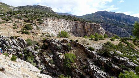 Caminito del Rey es un lugar con hermosas montañas, naturaleza increíble y bonitos árboles verdes en las rocas.