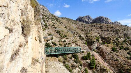 Caminito del Rey es un lugar con hermosas montañas, naturaleza increíble y bonitos árboles verdes en las rocas. Foto de archivo