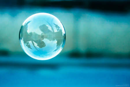 blauwe wazig natuurlijke achtergrond met zeepbel Stockfoto