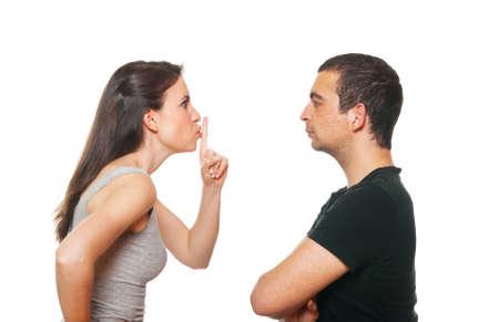 pareja enojada: Pareja de jóvenes felices teniendo una discusión. Aislado en blanco. Foto de archivo