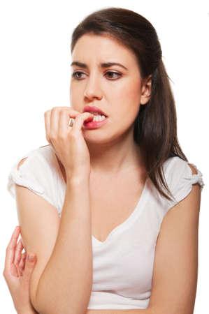 nerveux: Jeune femme se ronger les ongles. Isol� sur fond blanc
