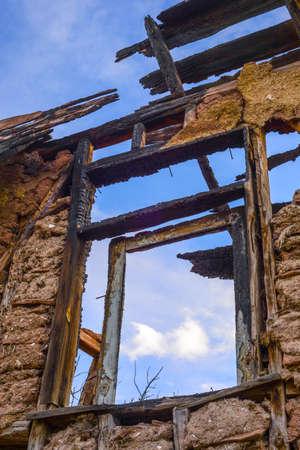 quemado: Ardido antiguas ruinas de las casas