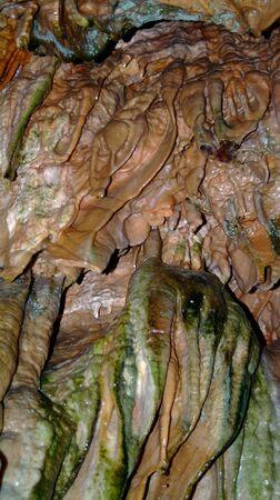 水とミネラルによって作成された要約を洞窟します。