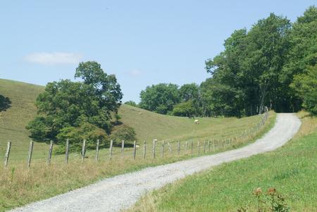 울타리가있는 산 골짜기를 통해 좁은 길