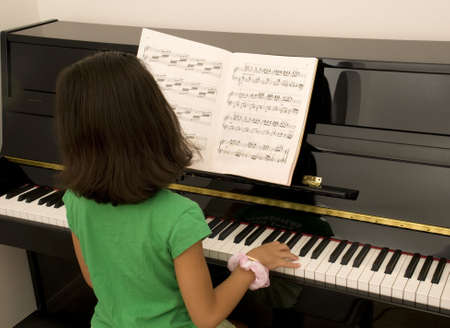 Aziatische meisje oefenen piano
