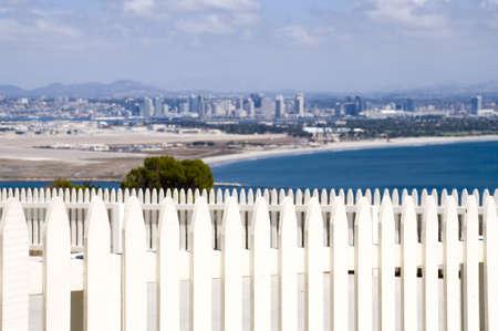 San Diego のビューと白いピケット フェンス