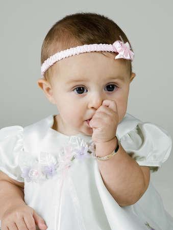 아기 소녀 빠는 엄지 손가락