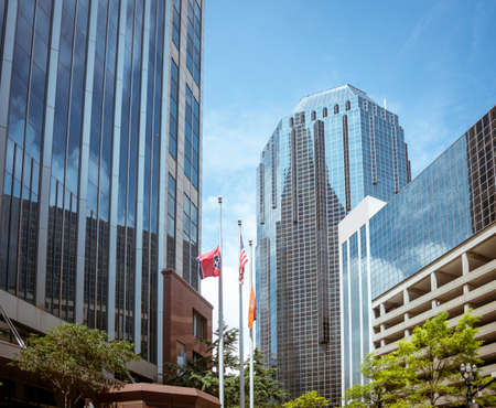 tennessee: El centro de Nashville Tennessee con el cielo azul Editorial