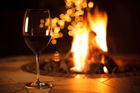 ohniště: Sklenka červeného vína u hřejivého ohně
