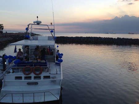 dinner cruise: Dinner cruise during sunset