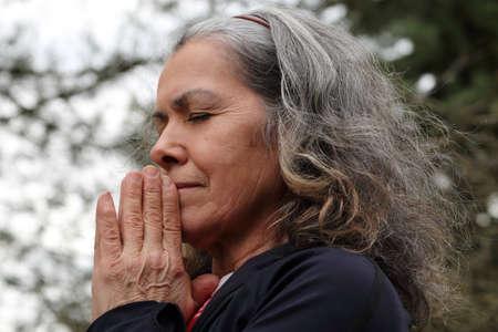 Ltere betende Frau mit gefalteten Händen Standard-Bild - 37706451