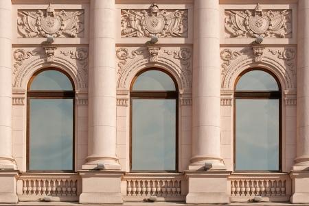 지어져있는 베이지 색 배경 벽에 기둥이있는 창 상트 페테르부르크의 시리즈 창에서