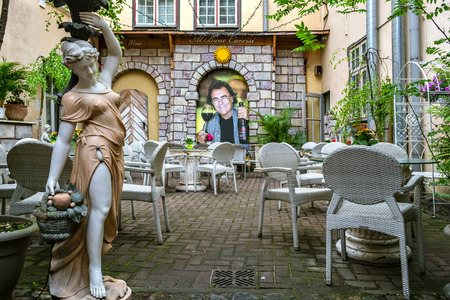 Riga, Latvia, 02 may: Cozy and quiet courtyard with sculptures, which is part of the restaurant Felicita in the old part of Riga, 02 may 2019. Banco de Imagens - 124999509