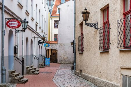 Riga, Latvia, 02 may: Cozy and quiet street paved with cobblestones and red tiles in the old part of Riga, 02 may 2019. 新聞圖片